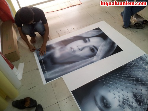 Nhân viên In Quà Lưu Niệm đang trực tiếp gia công thành phẩm tranh canvas cho khách hàng một cách tỉ mỉ và nhanh chóng nhất.